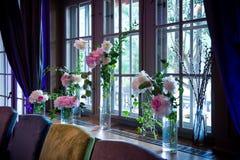 Fensterhochzeitsdekor innen Formal, Heirat lizenzfreie stockfotos