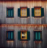 Fensterholzhausaufzug stockfotos