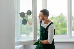 Fensterinstallationsprozeß lizenzfreies stockbild