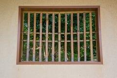 Fensterkäfig mit hölzernen Stangen Lizenzfreies Stockbild