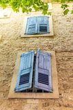 Fensterläden auf einer alten Hausfassade in Provence Stockfoto