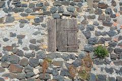 Fensterläden geschlossenes Fenster in der Wand des Basalts im malerischen Dorf von Mirabel Ardèche, Frankreich Lizenzfreie Stockfotografie