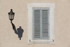 Fensterläden in Rom lizenzfreie stockfotos