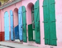 Fensterläden spritzten mit Farbe entlang Straßen der Kappe Haitien, Haiti Lizenzfreies Stockfoto