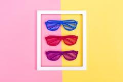 Fensterladen schattiert Sonnenbrille auf einem vibrierenden Hintergrund Stockfotos
