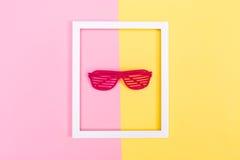 Fensterladen schattiert Sonnenbrille auf einem vibrierenden Hintergrund Stockfotografie