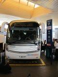 Fensterladenbus in London-Flughafen Stockfotos
