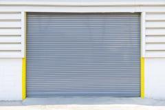 Fensterladentür an der Fabrik Stockfoto