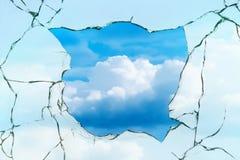 Fensterlochglas knackt Himmel stockbild