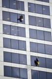 Fensterputzer arbeitet an hohem Aufstiegsgebäude Lizenzfreie Stockbilder
