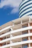 Fensterputzer auf modernem Hotel Stockfoto