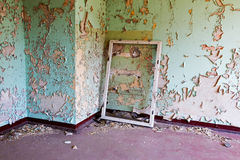 Fensterrahmen im alten und verlassenen Raum Lizenzfreie Stockfotografie