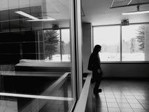 Fensterreflexion mit dem Personengehen stockbilder