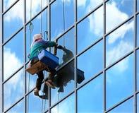 Fensterreinigungsmittel bei der Arbeit Stockfotografie