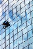 Fensterreinigungsmittel bei der Arbeit lizenzfreie stockbilder