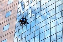 Fensterreinigungsmittel bei der Arbeit lizenzfreie stockfotos