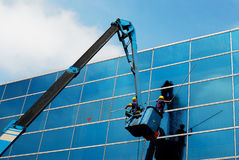 Fensterreinigungsmittel bei der Arbeit Stockfoto
