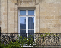 Fenstertür, Balkon und ein Fahrrad Lizenzfreie Stockbilder