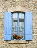 Fenstertür mit blauen Blendenverschlüssen Lizenzfreie Stockfotografie