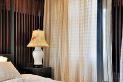 Fenstertrennvorhang und Innendekoration des Schlafzimmers Stockfotos