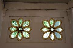 Fensterverzierungen für Entlüftungslöcher und die Ausgangsverzierung stockbilder
