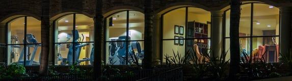 Fenstervignette, die Turnhallenausrüstung und Lebensraum zeigt Lizenzfreie Stockfotos