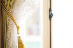 Fenstervorhänge im Haus außerhalb des Glases ist, Vorhanginnenausstattung im Wohnzimmer mit Sonnenlicht regnerisches Tages Weiche lizenzfreies stockfoto