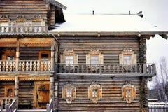 Fensterwinterschnee-Kältetag des hölzernen Hauses der Sankt-Petersburg-Geschichtsgebäudearchitektur draußen stockfotos