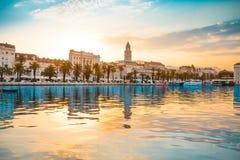FENTE, CROATIE - 12 JUILLET 2017 : Belle vue de ville de fente au lever de soleil du côté de la mer - Dalmatie, Croatie Image stock