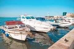 FENTE, CROATIE - 10 JUILLET 2017 : La ville fendue au lever de soleil avec un bon nombre de bateaux a amarré dans son port - Dalm Photos stock