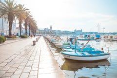 FENTE, CROATIE - 10 JUILLET 2017 : La ville fendue au lever de soleil avec un bon nombre de petits bateaux a amarré dans son port Photo libre de droits