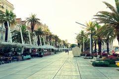 FENTE, CROATIE - 12 JUILLET 2017 : Région de promenade de ville de fente au lever de soleil - Dalmatie Photos libres de droits