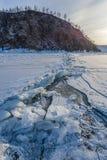 Fente de glace à la côte de lac Baikal Photos stock