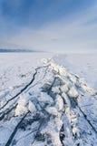 Fente de glace à la côte de lac Baikal Image stock