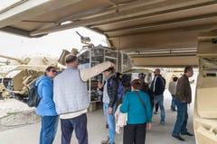 Fente de réservoir de vue de visiteurs sur le site commémoratif près du musée blindé de corps dans Latrun, Israël photos stock
