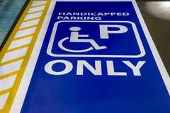 Fente handicapée de signe de stationnement seulement pour des personnes de débronchement Photos libres de droits