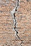 Fente profonde dans le vieux mur de briques Photographie stock libre de droits