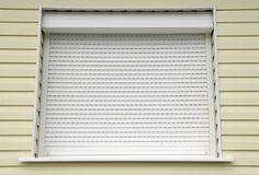 Fenêtre avec la maison externe d'abat-jour de blanc Images stock