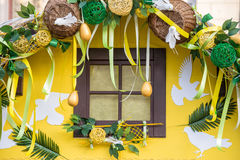 Fenêtre décorée pour Pâques Images stock