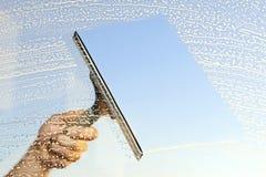 Fenêtres de nettoyage Photo stock