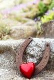 Fer à cheval de vintage de carte de voeux et coeur rouge Images stock