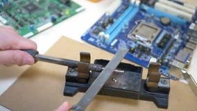 Fer à souder de nettoyage de main et préparation au travail de réparation banque de vidéos