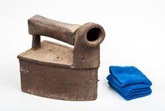 Fer antique de charbon et serviette bleue, d'isolement Photos stock