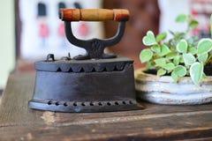 Fer antique sur le plancher en bois Photographie stock libre de droits
