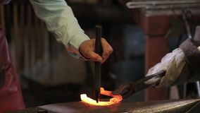 Fer de forge dans la forge sur l'enclume banque de vidéos