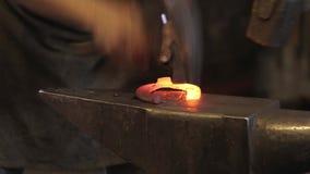 Fer de forge dans la forge sur l'enclume clips vidéos