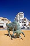 Fer de moulage Bull espagnol au centre du rond point Images libres de droits