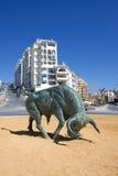 Fer de moulage Bull espagnol au centre du rond point Image libre de droits