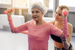 Fer de pompage de retraité féminin réfléchi Photographie stock libre de droits