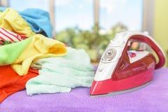 Fer et pile des vêtements Image libre de droits